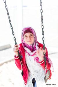 突然のミサイル攻撃で家を焼かれ、72kmの道のりを歩いてヨルダンまで逃れてきたシリア難民の少女。姉妹は逃避行の途中で�