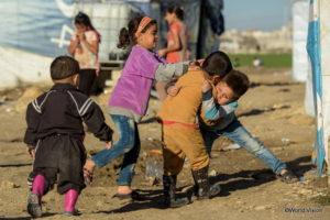 難民居住地域で遊ぶ子どもたち